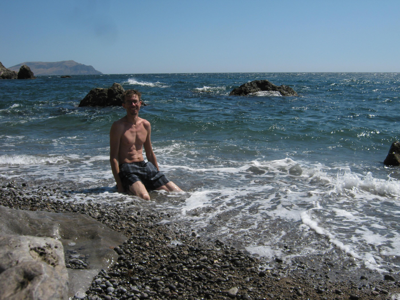 Голая худая баба шляется по пляжу