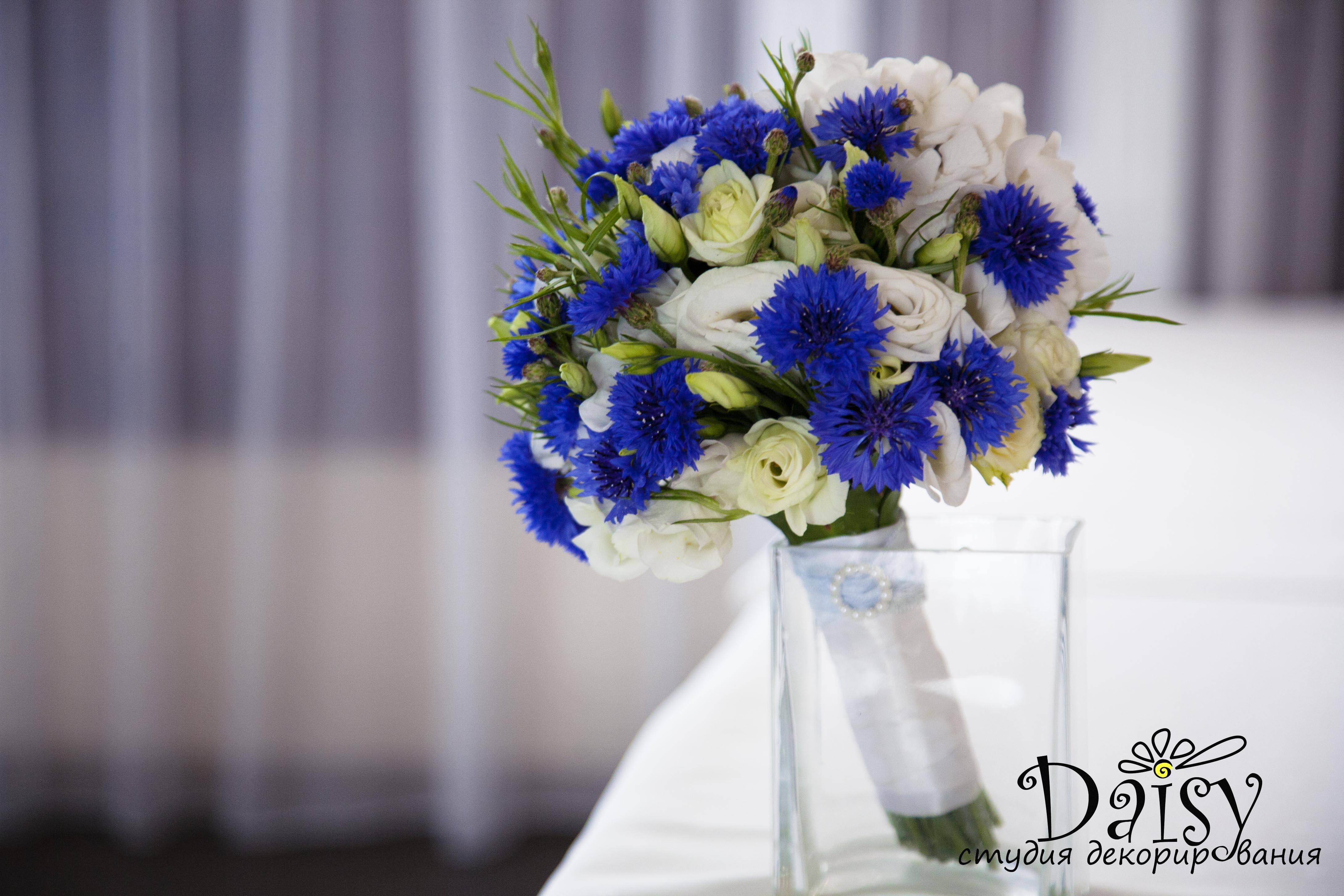 Свадебные букеты из хризантем и васильков, оптовые