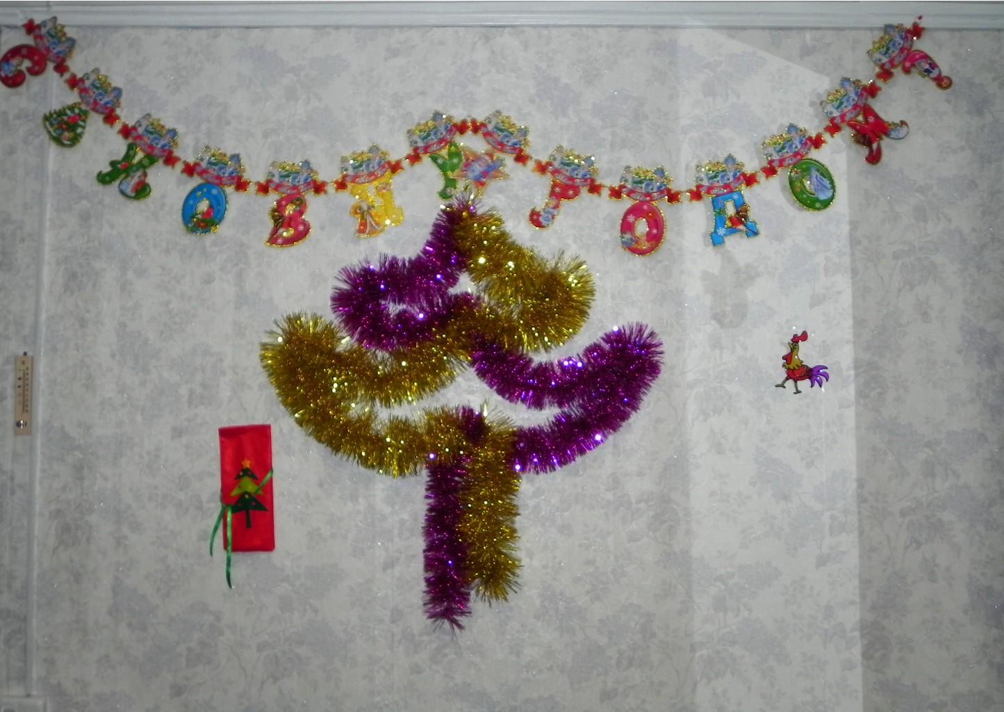 стекла новогодние рисунки из мишуры на стене сегодня