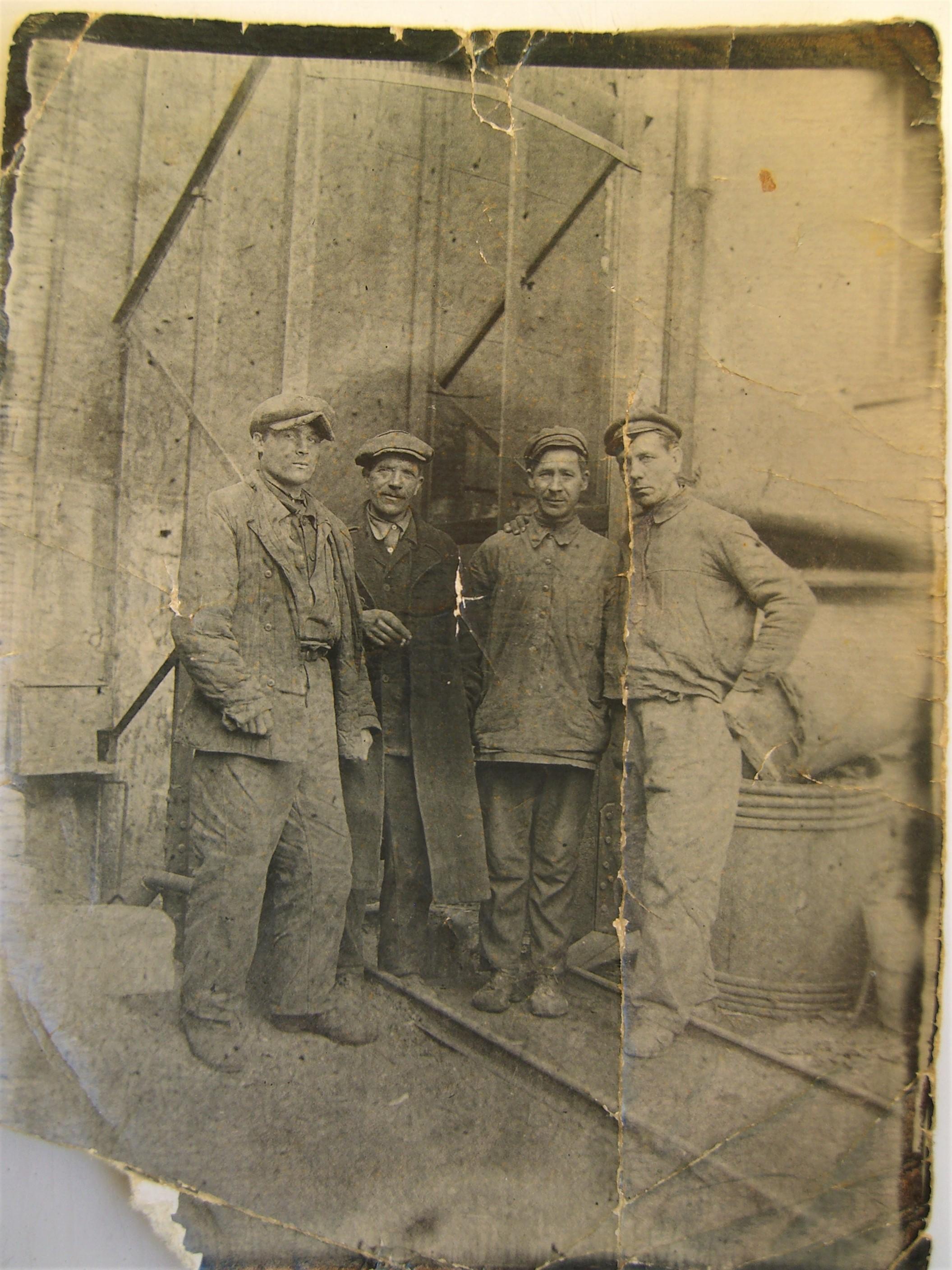 1. Рабочие-литейщики. Фото 30-х годов. Третий слева - мой дедушка.